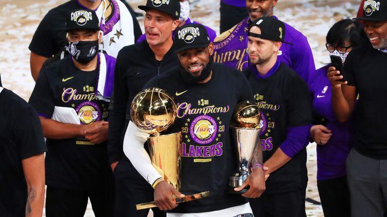LeBron James (Lakers) avec ses trophées après avoir remporté un 4e titre NBA, le 12 octobre 2020 (MIKE EHRMANN / GETTY IMAGES NORTH AMERICA)