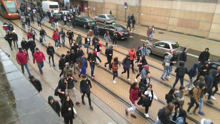 Des lycéens manifestants dans le centre-ville du Mans, vendredi 7 décembre. (ALEXANDRE CHASSIGNON / FRANCE-BLEU MAINE)