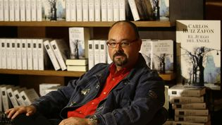 "Carlos Ruiz Zafon en 2008, lors de la sortie de son livre ""Le Jeu de l'ange"". (GUSTAU NACARINO / REUTERS)"