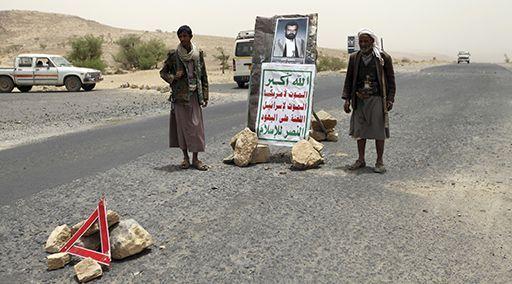 «Mort à l'Amérique! Mort à Israël! Maudits soient les juifs!»: slogans d'inspiration iranienne sous le portrait du chef défunt Hussein Badreddine al Houthi dans la province de Saada le 4 juin 2013. (Reuters - Mohamed al-Sayaghi)