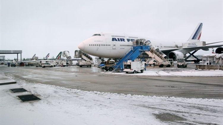 L'aéroport de Roissy-Charles-de-Gaulle perturbé par la neige et le verglas, le 24 décembre 2010 (AFP / Pierre Verdy)