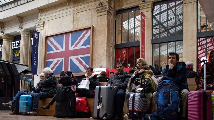 Attente en gare du Nord dans le terminal Eurostar, le 18 mars 2019. (IAN LANGSDON / EPA / MAXPPP)