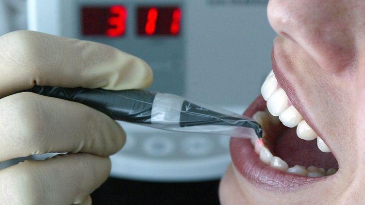 Avec cette nouvelle technique, la recalcification naturelle de la dent est stimulée par un courant électrique. ( AFP )