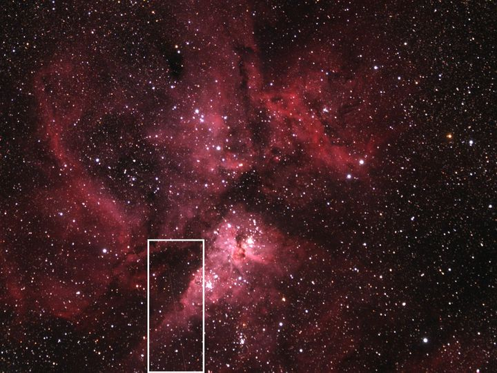 Dans le rectangle blanc, on distingue le trajet de l'astéroïde2012 DA14 qui traverse la nébuleuse d'Eta Carinea. (AARON KINGERY / MSFC / NASA )