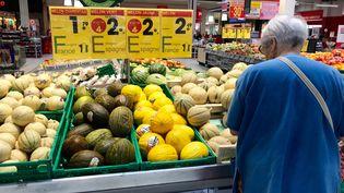 Une dame regarde des fruits et légumes bio dans un supermarché de Quimper en Bretagne, le 23 août 2019. (photo d'illustration) (SIXTINE LYS / FRANCE-BLEU BREIZH IZEL)
