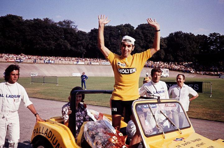 Vainqueur du Tour de France, Eddy Merckx parade sur le vélodrome de la Cipale après sa victoire lors de l'étape finale, le 18 juillet 1971. (AFP)