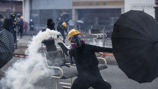 Un manifestant pro-démocratie fait face à la police, le 1er octobre 2019 à Hong Kong. (ISAAC LAWRENCE / AFP)