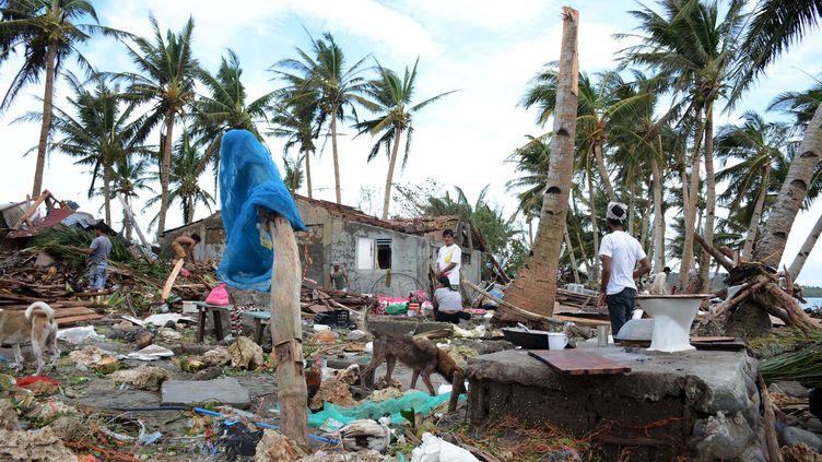 Des habitants constatent les dégâts sur leurs maisons après le passage du typhon Melor sur le centre des Philippines, Barcelona town le 15 décembre 2015. (STRINGER PHILIPPINES / REUTER / X01240)