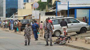 Des policiers et des militaires patrouillent dans les rues de Bujumbura, la plus importante ville du Burundi, le 3 février 2016. (REUTERS - JEAN PIERRE HARERIMANA / X01656)