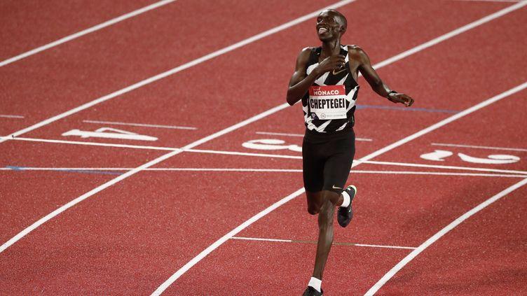 L'Ougandais Joshua Cheptegei lors de sa victoire au 5 000 maumeeting Ligue de diamant de Monaco, le 14 août 2020. (GUILLAUME HORCAJUELO / AFP)