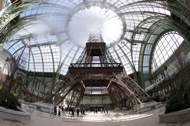 Une réplique de la tour Eiffel à l'intérieur du Grand Palais, à Paris, à l'occasion d'un défilé Chanel, le 4 juillet 2017. (FRANCOIS GUILLOT / AFP)