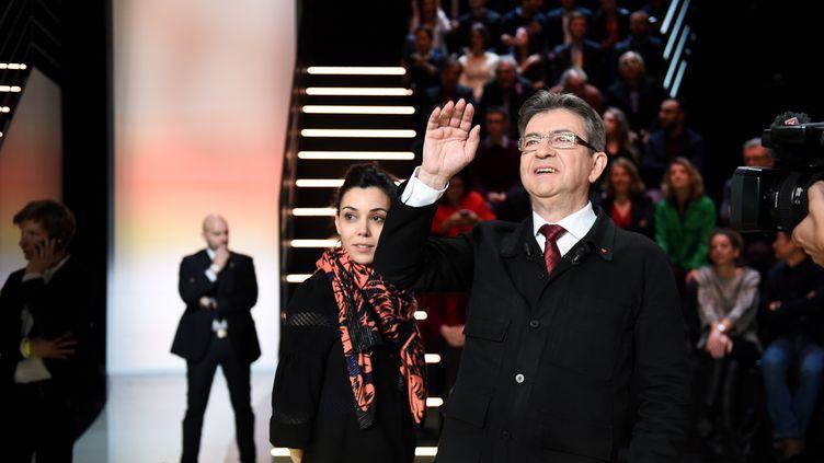 Sophia Chikirou, derrière Jean-Luc Mélenchon, lors du premier débat télévisé entre les candidats à l'élection présidentielle,le 20 mars 2017 sur TF1. (ELIOT BLONDEL / REA)