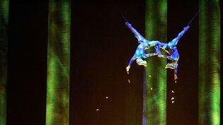 """Sarah Guyard-Guillot (à gauche) et Sami Tiaumassi interprètent des """"gens de la forêt"""" durant le spectacle """"Kà"""" du Cirque du Soleil, le 28 novembre 2008 à Las Vegas. Sarah Guyard-Guillot s'est tuée samedi soir, 29 juin 2013, sur cette même scène du MGM Grand Resort."""
