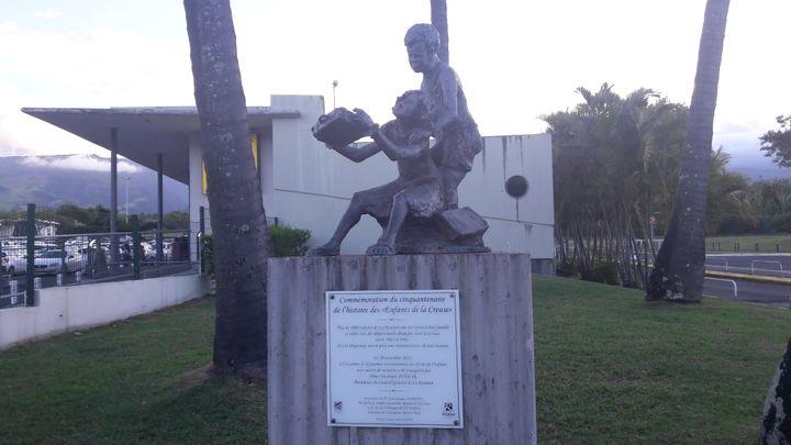 Une stèle a été installée à l'aéroport de Saint-Denis de la Réunion en 2013, en mémoire des 2 150 enfants réunionnais retirés à leurs familles et exilés dans une vingtaine de départements français (SANDRINE ETOA-ANDEGUE / RADIO FRANCE)