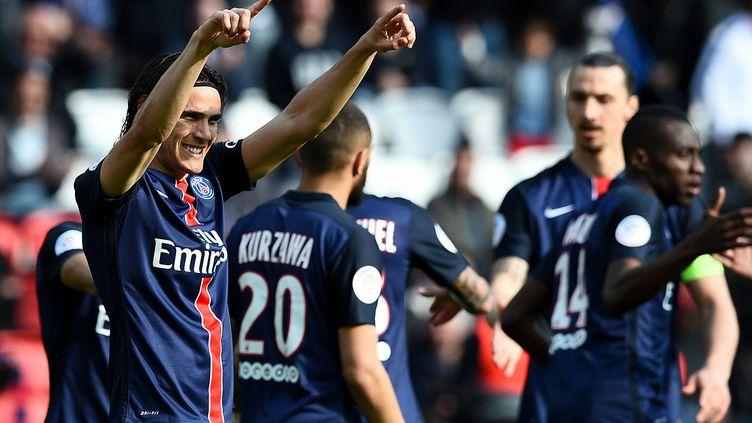 Après beaucoup de maladresse, Cavani a fini par trouver le chemin des filets, comme Ibrahimovic (FRANCK FIFE / AFP)