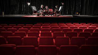"""Comédie""""Les Coquettes"""" en répétition au théâtre Bobino à Paris en mai 2020. (STEPHANE DE SAKUTIN / AFP)"""