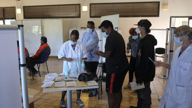 Dans un centre de vaccination de Nouméa (Nouvelle-Calédonie), le 8 septembre 2021. (THEO ROUBY / HANS LUCAS / AFP)