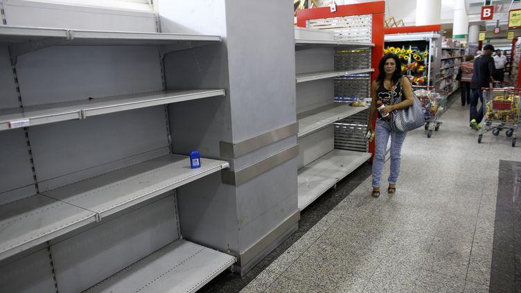 La cliente d'un supermarché de Caracas dans les rayons vides, le 13 mai 2013, alors qu'une pénurie de produits de première nécessité frappe le Venezuela. (JORGE SILVA / REUTERS)
