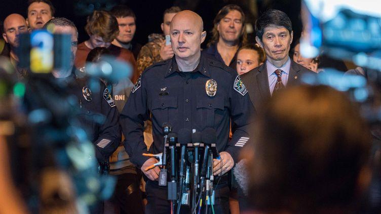 Un membre de la police d'Austin (Etats-Unis)s'exprime devant la presse sur les explosions qui ont touché la ville, le 20 mars 2018. (MARSHALL FOSTER / ANADOLU AGENCY / AFP)