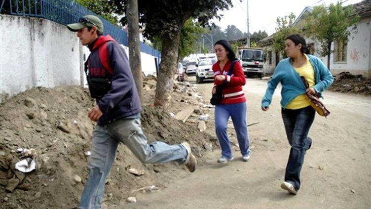 Des habitants de Constitucion (300 km de Santiago) en train de courir après le lancement de l'alerte au tsunami (AFP - Ariel MARINKOVIC)