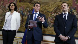 Le Premier ministre Manuel Valls, entouré de la ministre du Travail Myriam El Khomri et du ministre de l'Economie Emmanuel Macron, à Matignon, le 11 mars 2016. (THOMAS SAMSON / AFP)