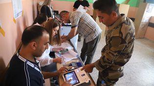 Des membres des forces de sécurité kurdes votent de façon anticipée aux élections législatives irakiennes aunord du pays, dans la région autonome du Kurdistan.Sulaimaniyah, 8 octobre 2021. (SHWAN MOHAMMED / AFP)