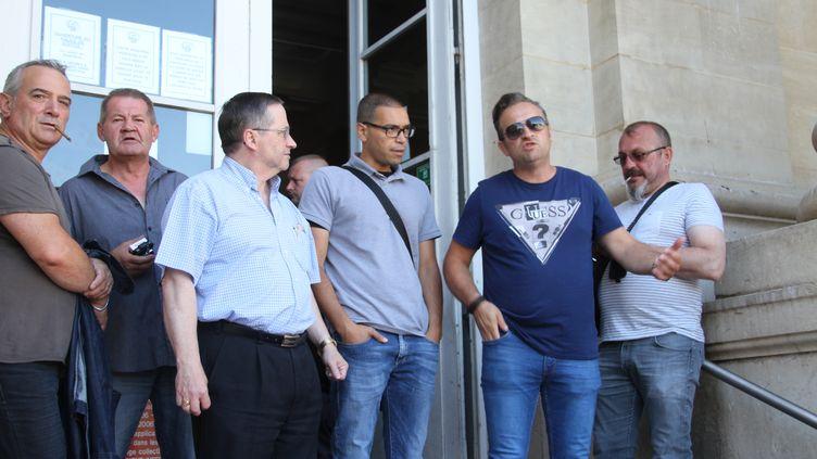 D'ex-salariés de l'usine Goodyear d'Amiens-Nord, le 30 juin 2015, devant le tribunal d'Amiens (Somme). (MOURAD LAFFITTE / CITIZENSIDE.COM / AFP)