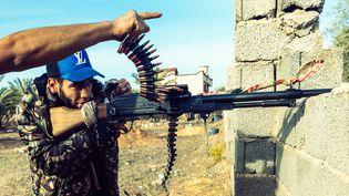 Deux combattants de la Brigade610 (GNA) tirent sur les hommes du maréchal Haftar, le 6 décembre 2019. (KARINE PIERRE / HANS LUCAS)