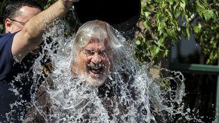 Comme de nombreux Américains, Bill Steele, 63 ans, a participé au Ice Bucket Challenge,à Saginaw (Michigan), le 15août 2014. (NEIL BARRIS/AP/SIPA / AP)