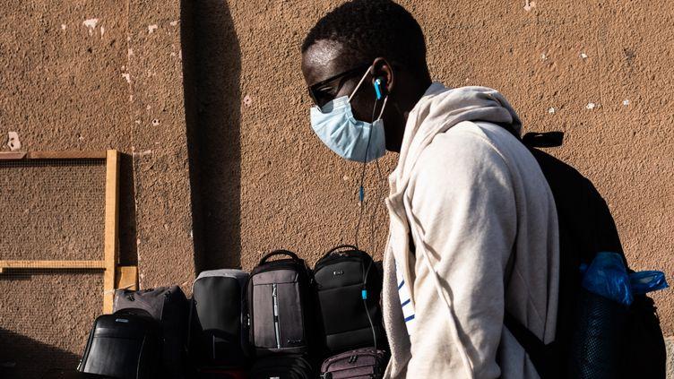 Un jeune homme portant un masque de protection à Dakar, le 6 mars 2020. (JEROME GILLES / NURPHOTO)