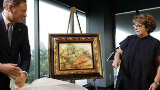 Une toile de Renoir, confisquée par les nazis à son grand-père, est restituée à une Française, Sylvie Sulitzer, à New York, le 12 septembre 2018  (Mark Lennihan / AP / SIPA)
