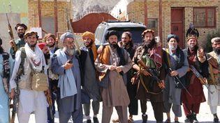 Des talibans posent après avoir pris la vallée du Panchir, bastion de la résistance afghane, le 6 septembre 2021. (BILAL GULER / ANADOLU AGENCY / AFP)