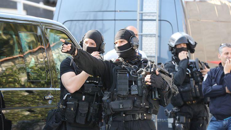 Des policiers déployés devant le lycée Alexis de Tocqueville de Grasse (Alpes-Maritimes), le 16 mars 2017. (VALERY HACHE / AFP)