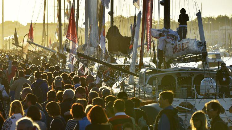 Une foule de spectateurs venus supporter les skippers du Vendée Globe, avant leur départ, le 31 octobre 2016. (LOIC VENANCE / AFP)
