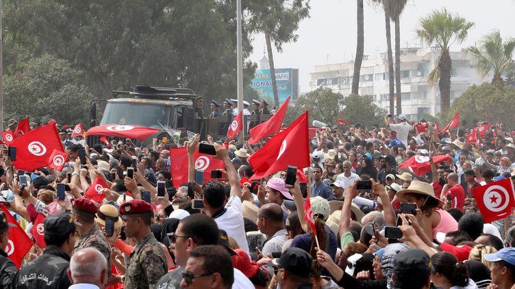 Des Tunisiens réunis autour du cortège funéraire deBeji Caid Essebsi, le 27 juillet 2019, à Tunis. (KHALED NASRAOUI / DPA / AFP)