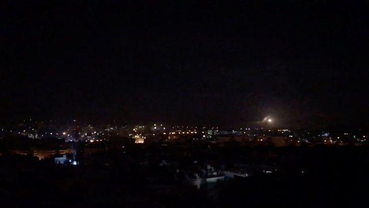 Le ciel de Damas, la capitale syrienne, éclairé par des frappes israéliennes, le 21 janvier 2019. (REUTERS)