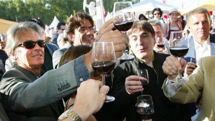 Alain Delon en 2002 à Bordeaux, aux côtés de Luc Ferry, Serge Lama et Patrick Poivre d'Arvor  (MAXPPP/BEP/C. PETIT/SUD OUEST)