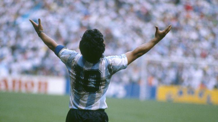 Diego Maradonavainqueur de la Coupe du monde avec l'Argentine, le 29juin 1986. (JEAN-YVES RUSZNIEWSKI/TEMPSPORT/CORBIS/VCG VIA GETTY IMAGES)