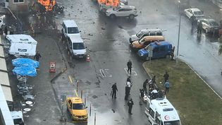 Des voitures sont en feu après l'explosion d'une voiture piégée à Izmir (Turquie), le 5 janvier 2017. (DHA / DOGAN NEWS AGENCY / AFP)