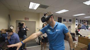 Thomas Pesquet s'entraîne avec un casque de réalité virtuelle, au Johnson Space Center de laNasa, le 7 septembre 2016. (STEPHANE CORVAJA / ESA)