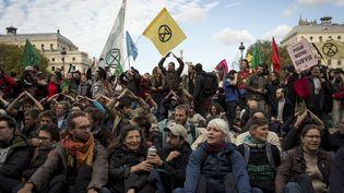 Des militants du mouvement Extinction Rebellion occupent la place du Châtelet, le 7 octobre 2019, à Paris. (LEO PIERRE / HANS LUCAS / AFP)