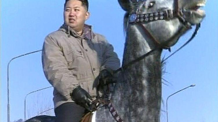 Capture d'écran de la télévision nord-coréenne le 8 janvier 2012 montrantKim Jong-un sur un cheval dans une localité inconnue. (KRT / REUTERS)