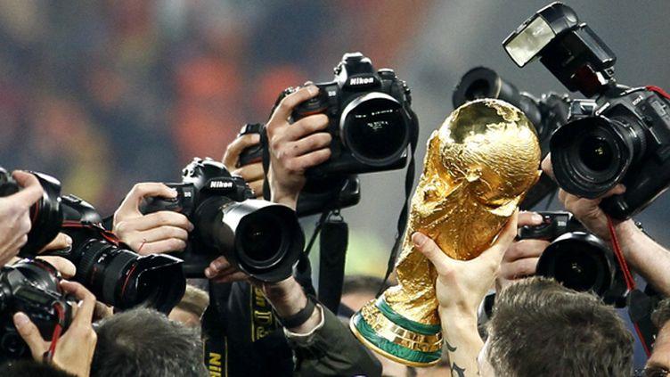 Le trophée de la Coupe du monde sous les flashs (THOMAS COEX / AFP)