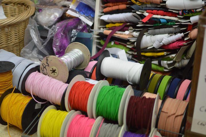 L'élastique est devenu la denrée rare du marché aux tissus de Saint-Pierre. (RADIO FRANCE / VICTOR VASSEUR)