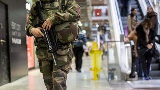 Un militaire patrouille à la gare Saint-Lazare à Paris, le 17 novembre 2015. (MAXPPP)