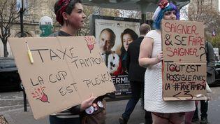 """Des militantes féministes manifestent à Paris contre la """"taxe tampon"""", mercredi 11 novembre 2015. (JACQUES DEMARTHON / AFP)"""