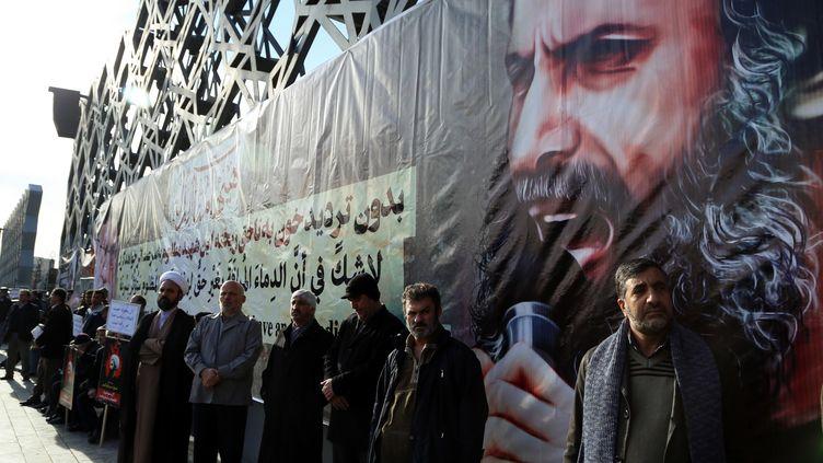 Des manifestants brandissent un portrait du dignitaire chiite NimrAl-Nimr, exécuté par l'Arabie saoudite, à Téhéran (Iran), le 4 janvier 2016. (FATEMEH BAHRAMI / ANADOLU AGENCY)
