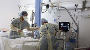Des soignants s'occupent d'un patient souffrant du Covid-19, le 5 août 2021, à l'hôpital de Bastia (Haute-Corse). (PASCAL POCHARD-CASABIANCA / AFP)