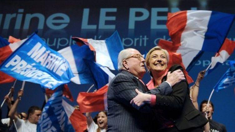 Marine etJ ean-Marie Le Pen en meeting le 30 mars dernier (BORIS HORVAT / AFP)
