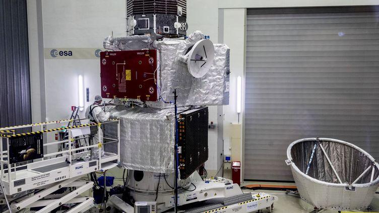 Une partie de l'engin BepiColombo,qui doit partir explorer Mercure, présenté dans un centre de test deSpijkenisse (Pays-Bas), jeudi 6 juin 2017. (C. CARREAU / EUROPEAN SPACE AGENCY / AFP)